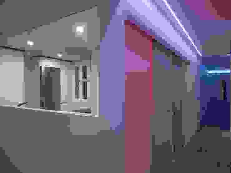 REFORMA INTEGRAL VIVIENDA EN MADRID Pasillos, vestíbulos y escaleras de estilo moderno de CROMA ESTUDIO Moderno