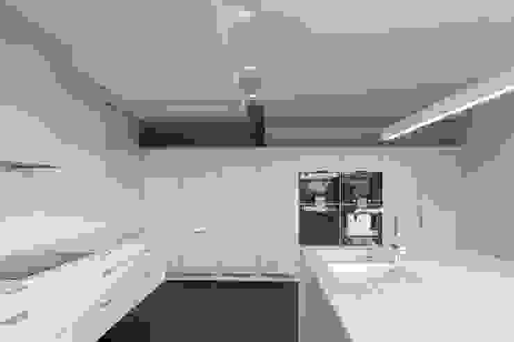 Casa em Belas, Sintra Cozinhas minimalistas por Estúdio Urbano Arquitectos Minimalista