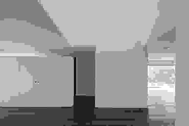 Casa em Belas, Sintra Corredores, halls e escadas minimalistas por Estúdio Urbano Arquitectos Minimalista