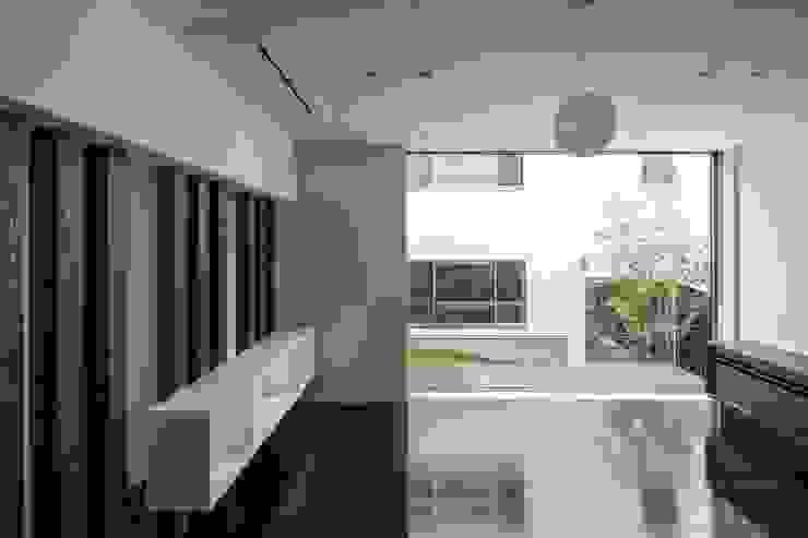 中庭を望む モダンデザインの ダイニング の 前田敦計画工房 モダン