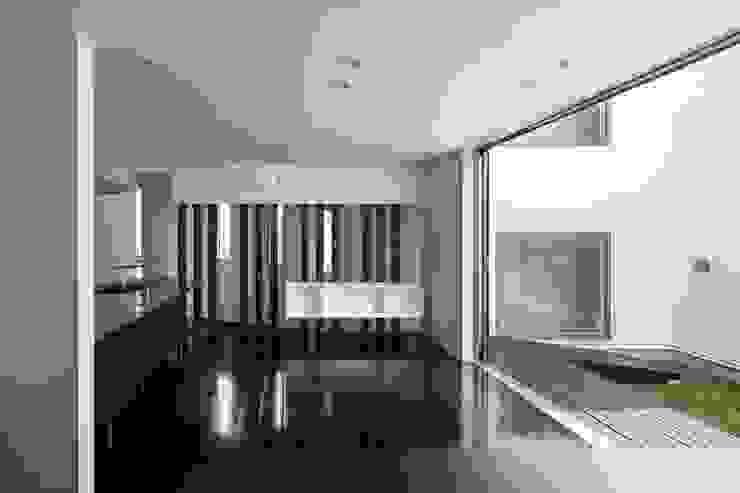 中庭と連続する空間 モダンデザインの ダイニング の 前田敦計画工房 モダン