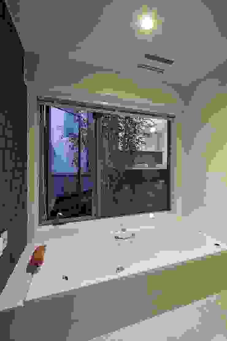 中庭を望むバスルーム モダンスタイルの お風呂 の 前田敦計画工房 モダン