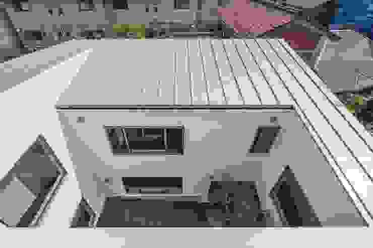 ルーフテラスから中庭を見下ろす モダンな 家 の 前田敦計画工房 モダン