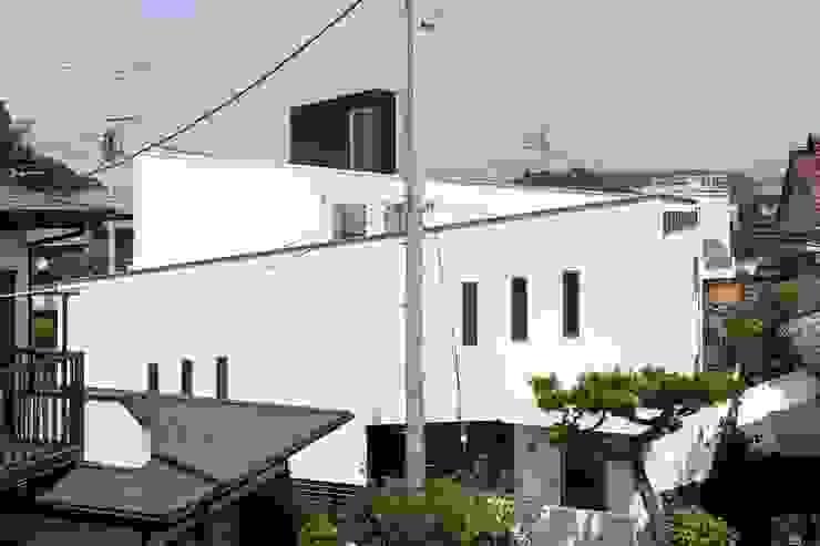 スロープを表現した外観: 前田敦計画工房が手掛けた家です。,モダン