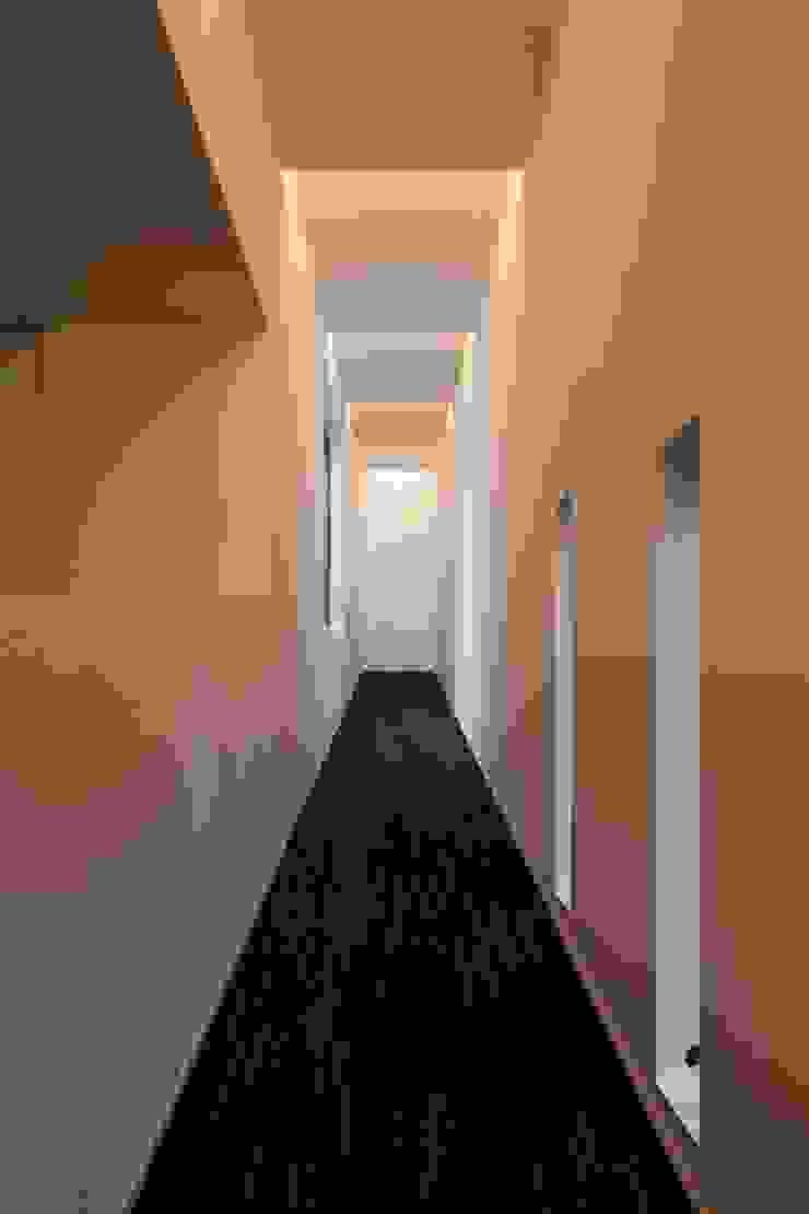 スロープ夜景 モダンスタイルの 玄関&廊下&階段 の 前田敦計画工房 モダン