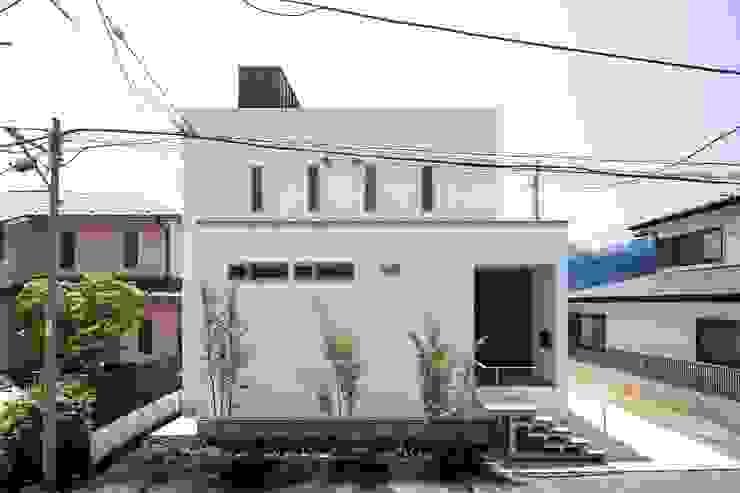 白い塗り壁: 前田敦計画工房が手掛けた家です。,モダン