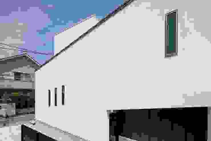 白い塗り壁 モダンな 家 の 前田敦計画工房 モダン