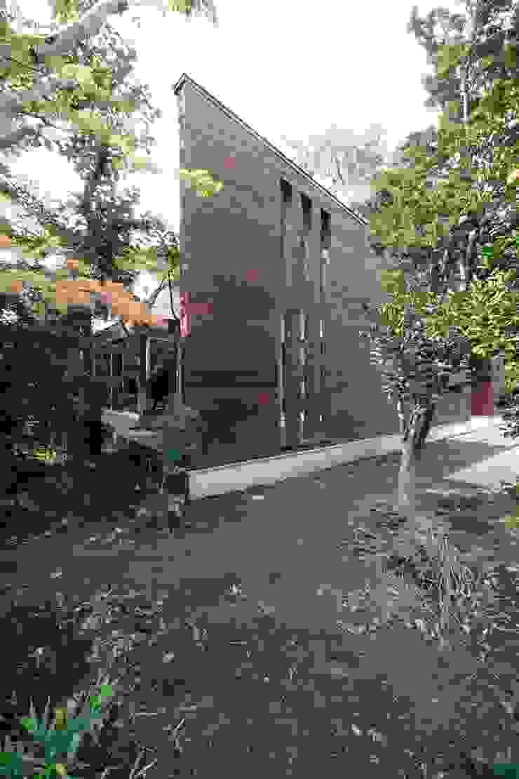 木立に建つ木張りの外壁 モダンな 家 の 前田敦計画工房 モダン