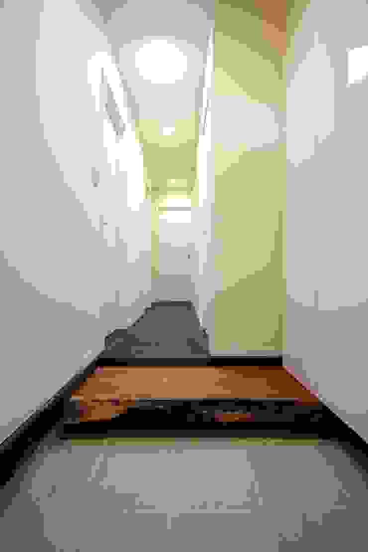 所有していたサクラの板の上がり框 モダンスタイルの 玄関&廊下&階段 の 前田敦計画工房 モダン
