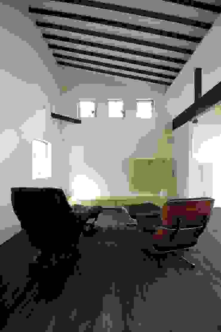 イームズの椅子でくつろぐ モダンデザインの リビング の 前田敦計画工房 モダン