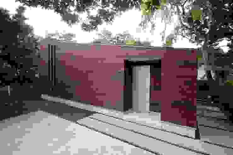 木張りの外壁 モダンな 家 の 前田敦計画工房 モダン