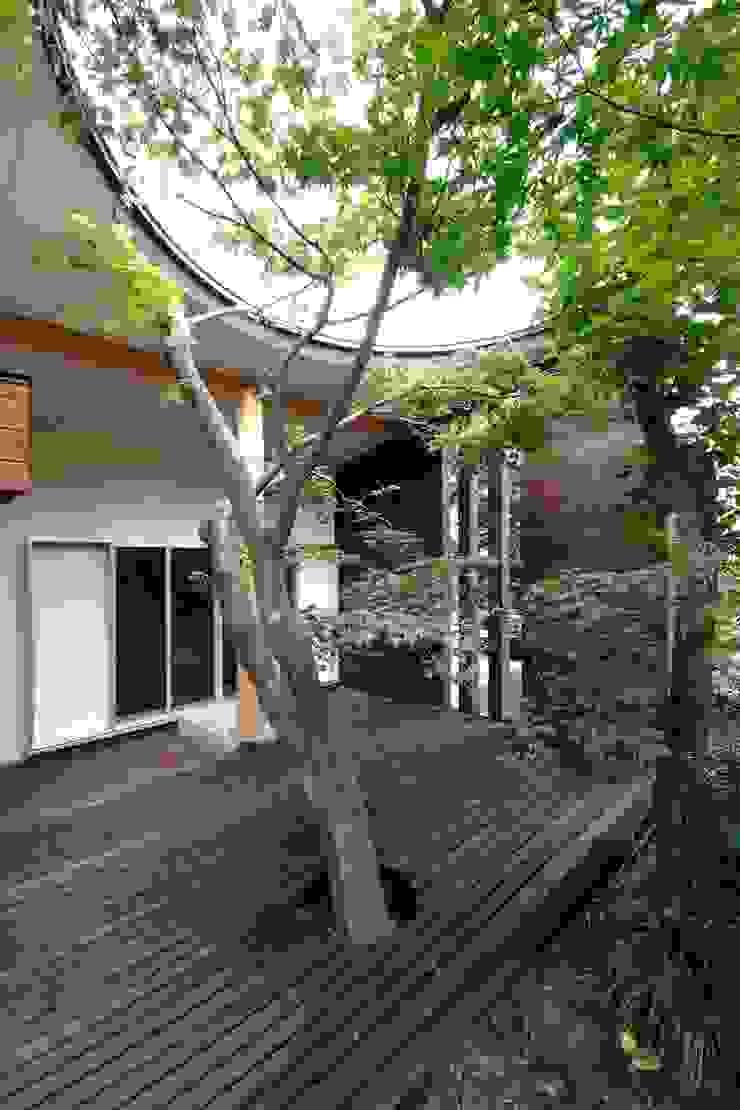 木漏れ日屋根のウッドデッキ モダンな 家 の 前田敦計画工房 モダン