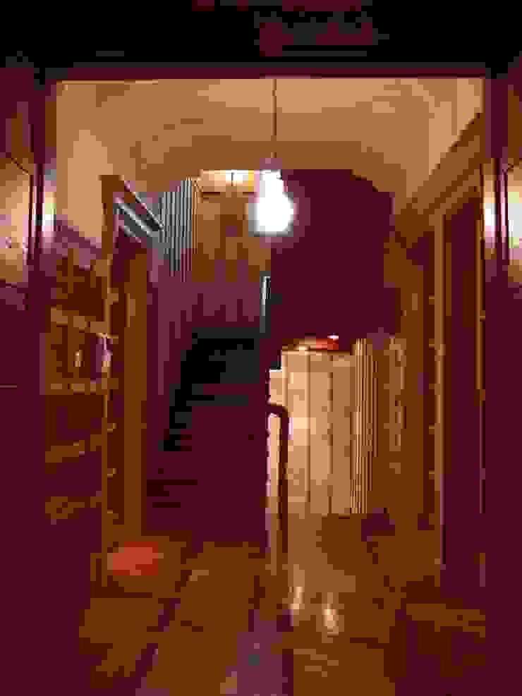 Pasillos, vestíbulos y escaleras clásicas de Архитектор Владимир Калашников Clásico