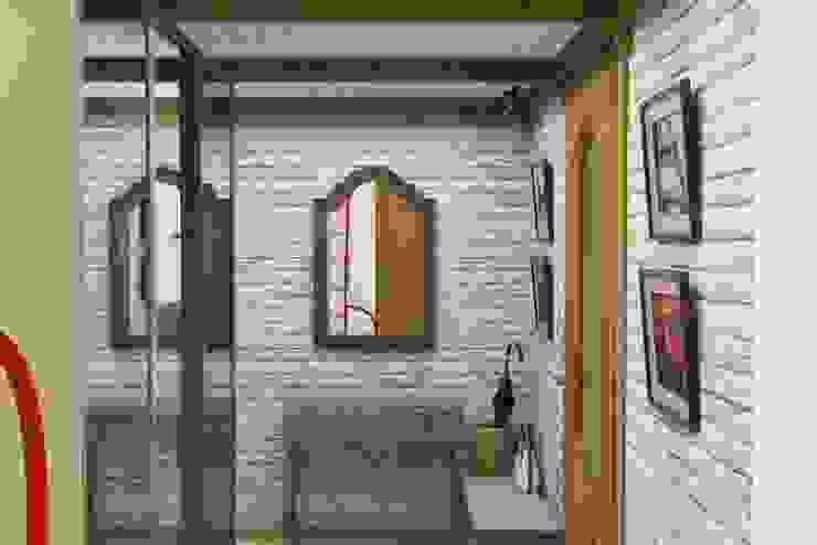 Винтаж на мансардном этаже Коридор, прихожая и лестница в средиземноморском стиле от Студия дизайна и декора Светланы Фрунзе Средиземноморский