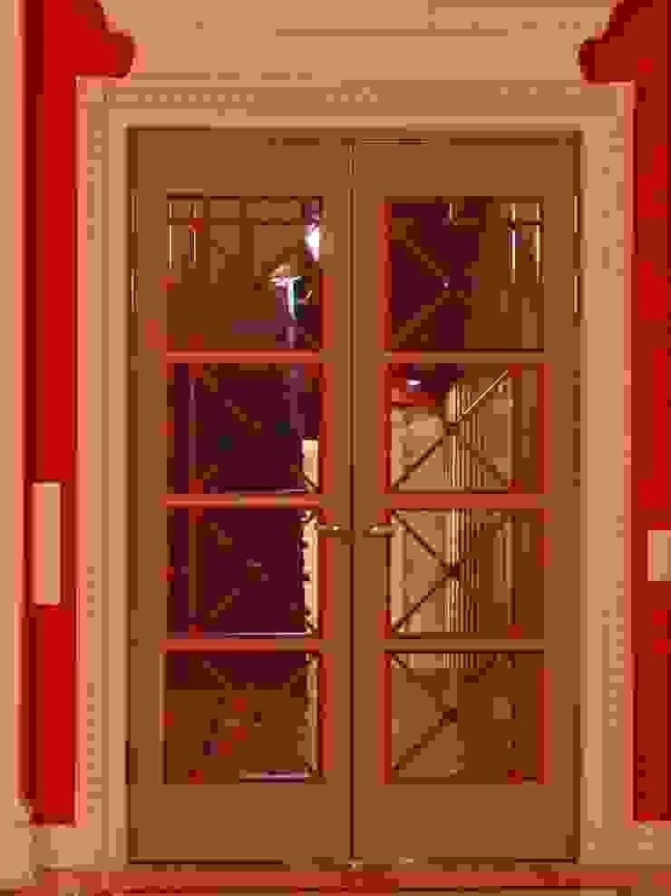 Puertas y ventanas clásicas de Архитектор Владимир Калашников Clásico