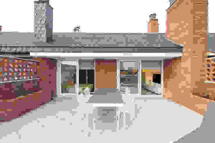 Reforma integral en Enric Granados Balcones y terrazas de estilo minimalista de Global Projects Minimalista