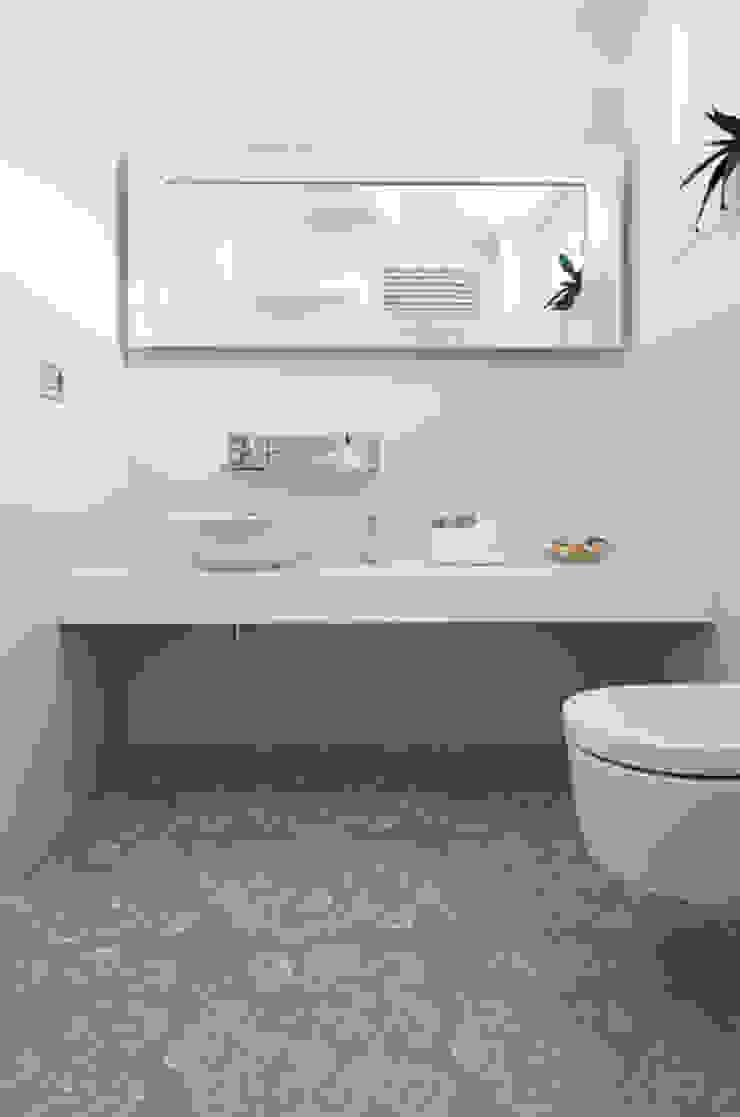 Modern bathroom by FASE ARCHITETTI ASSOCIATI Modern