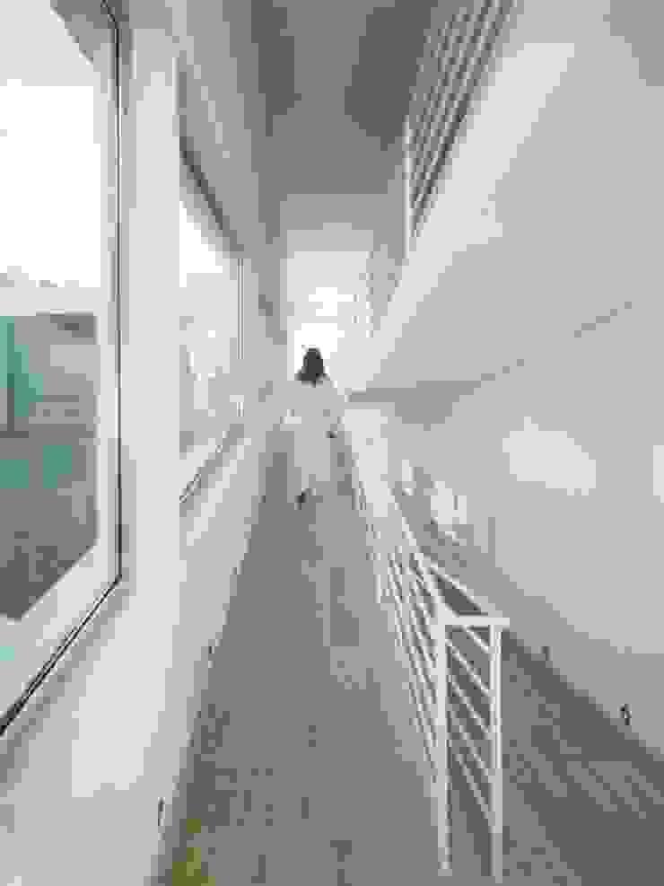 Rampa comunicación interior. Pasillos, vestíbulos y escaleras de estilo moderno de SOLER-MORATO ARQUITECTES SLP Moderno