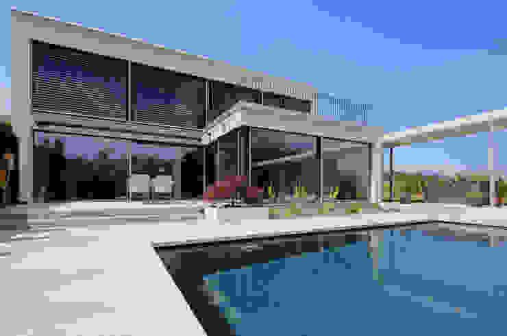 Villa mit Pool Moderner Balkon, Veranda & Terrasse von Unica Architektur AG Modern