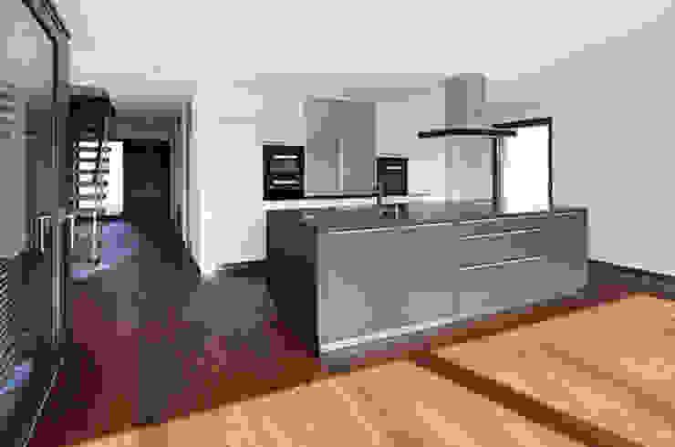 Villa mit Pool Moderne Küchen von Unica Architektur AG Modern