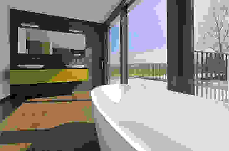 Villa mit Pool Moderne Badezimmer von Unica Architektur AG Modern
