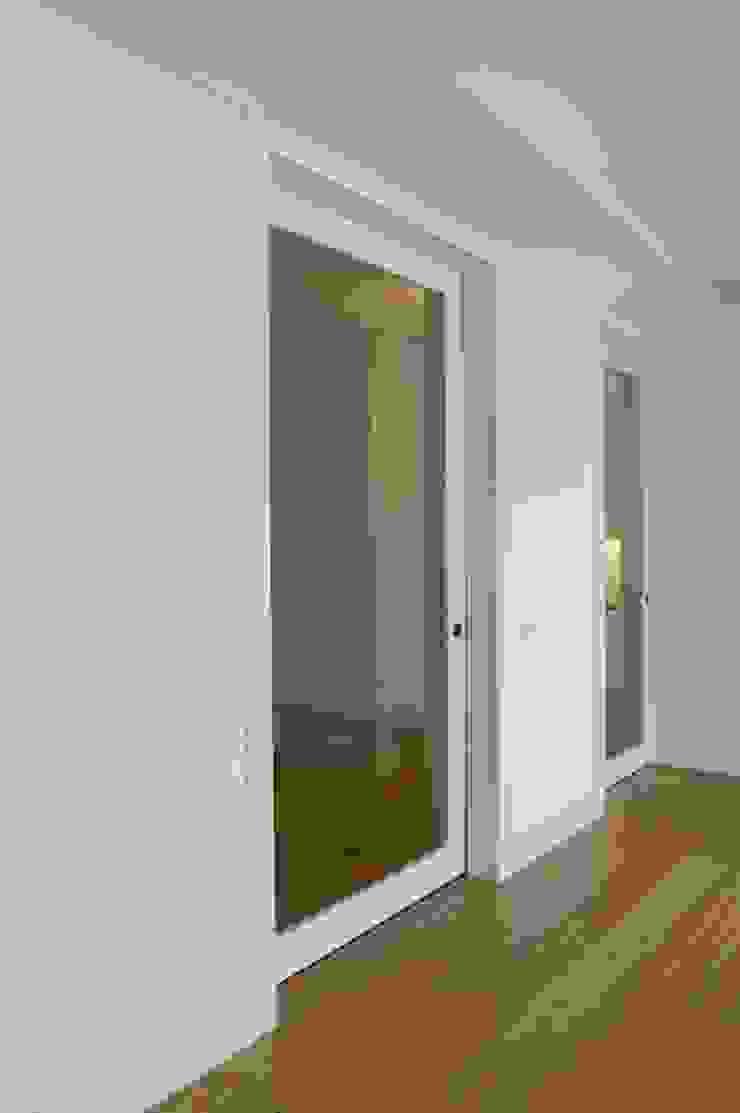 sala por Arquitectos Associados Moderno