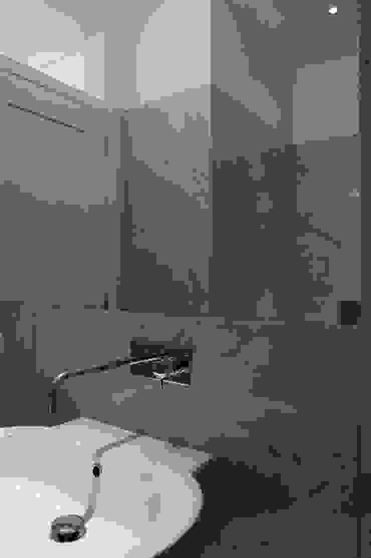 WC por Arquitectos Associados Moderno