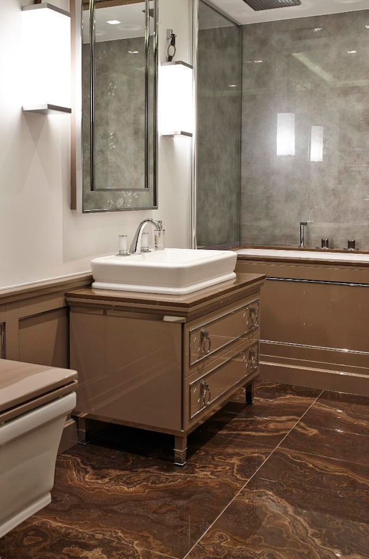 Queens Gate Classic style bathrooms by Keir Townsend Ltd. Classic