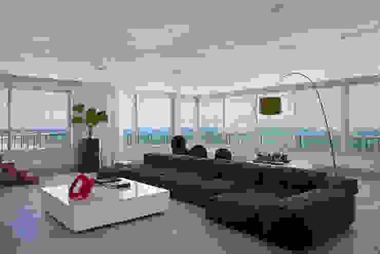 Cobertura Pancetti: Salas de estar  por InTown Arquitetura e Construção LTDA