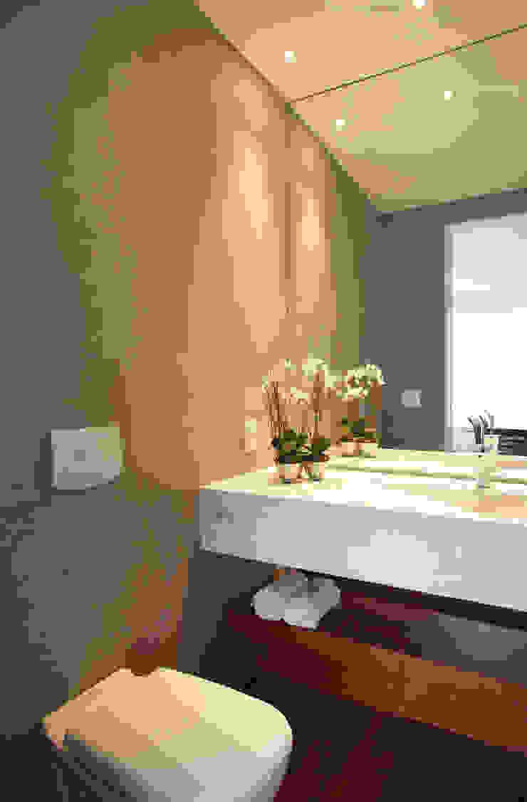 Baños de estilo minimalista de InTown Arquitetura e Construção LTDA Minimalista