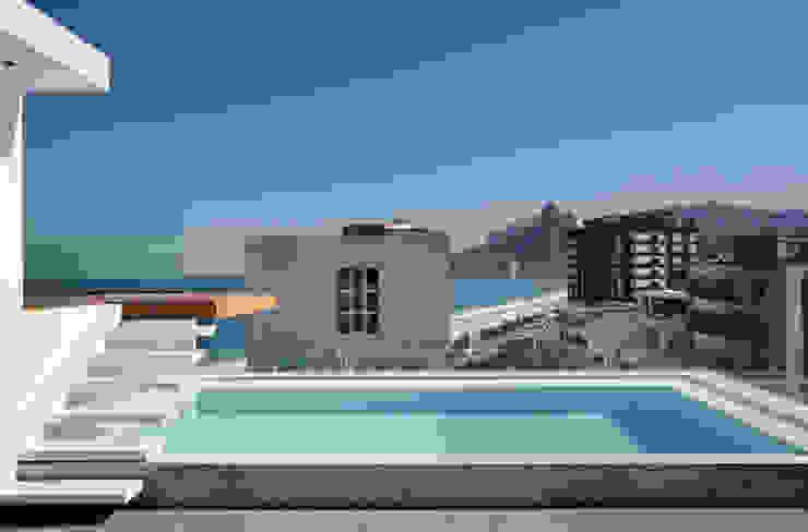 Piscine minimaliste par InTown Arquitetura e Construção LTDA Minimaliste