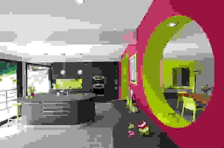 Nhà bếp phong cách hiện đại bởi LA CUISINE DANS LE BAIN SK CONCEPT Hiện đại
