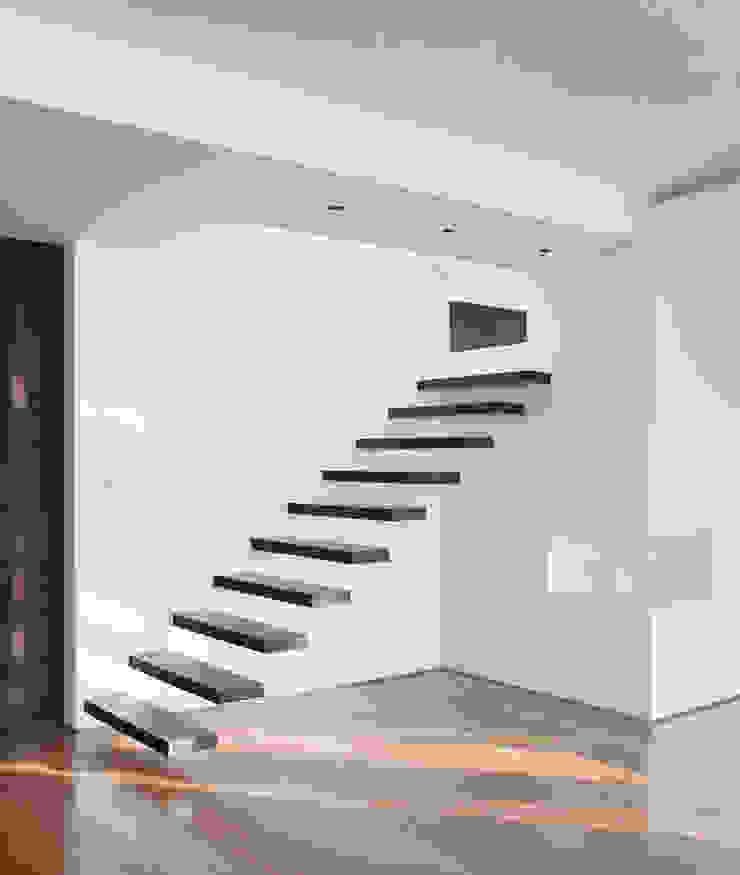Pasillos, vestíbulos y escaleras de estilo minimalista de InTown Arquitetura e Construção LTDA Minimalista