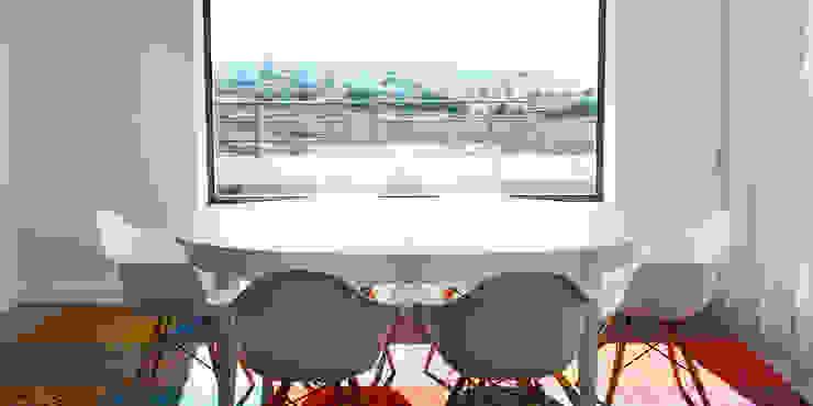 038 | Apartamento, Ericeira, Mafra: Sala de jantar  por T2 Arquitectura & Interiores,