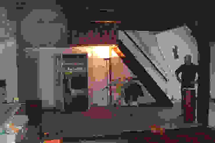 Zicht naar de keuken bestaand: modern  door Studio Blanca, Modern