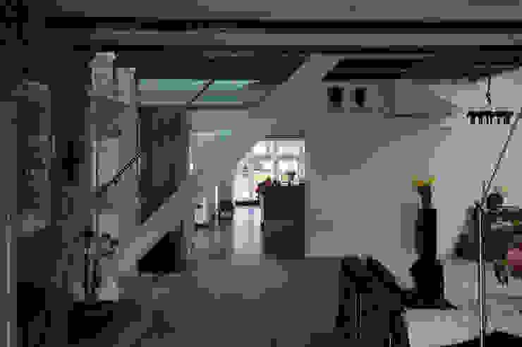 zicht naar de keuken nieuw: modern  door Studio Blanca, Modern