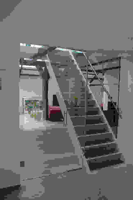 entreehal en trap: modern  door Studio Blanca, Modern