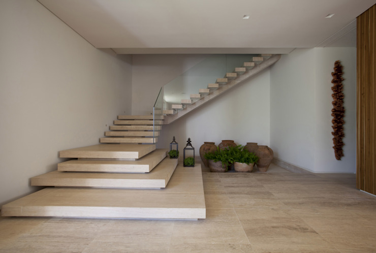Pasillos, vestíbulos y escaleras modernos de Débora Aguiar Moderno