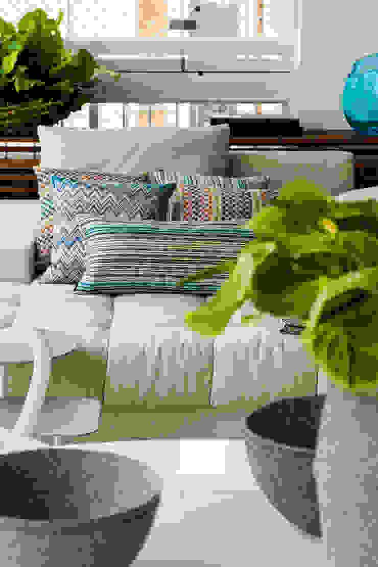 Panamby Apartment DIEGO REVOLLO ARQUITETURA S/S LTDA. Varandas, alpendres e terraços modernos