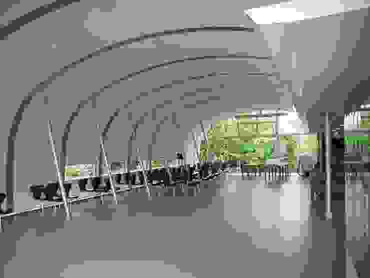 食堂内観: 株式会社ヨシダデザインワークショップが手掛けたダイニングです。,モダン