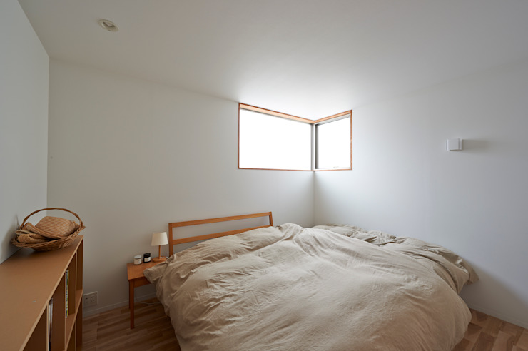 寝室 モダンスタイルの寝室 の (有)菰田建築設計事務所 モダン