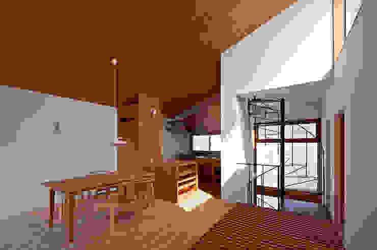 Paredes y suelos de estilo moderno de (有)菰田建築設計事務所 Moderno