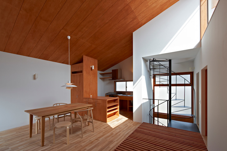 (有)菰田建築設計事務所 Paredes y pisos de estilo moderno