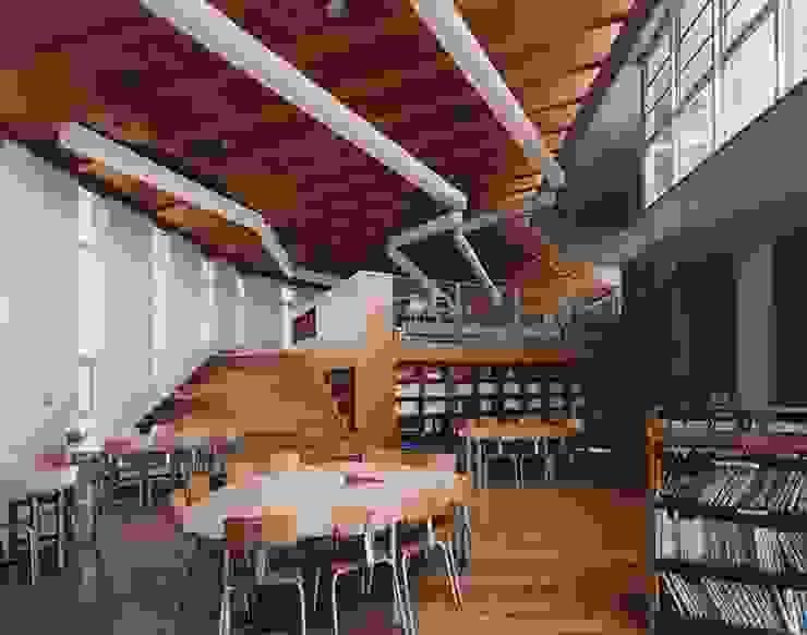 図書スペース モダンデザインの リビング の 株式会社ヨシダデザインワークショップ モダン