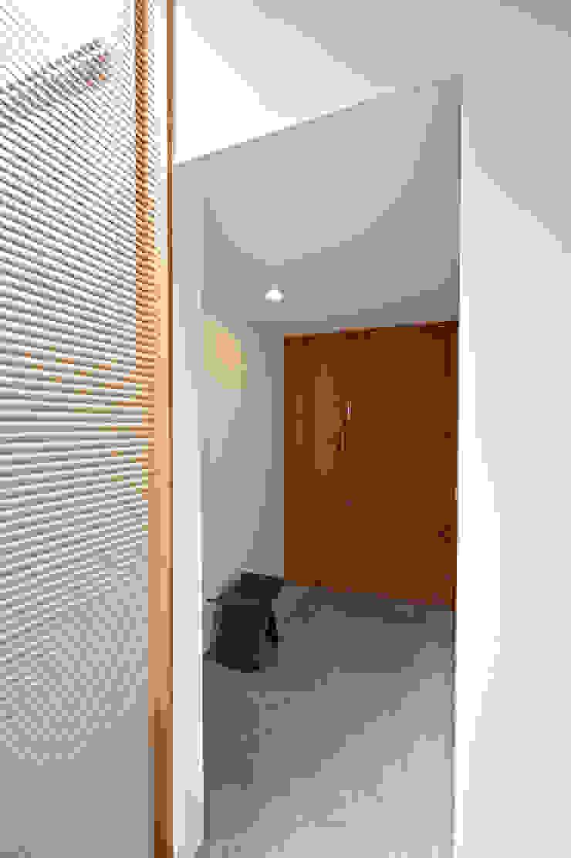 玄関見返し モダンデザインの 多目的室 の (有)菰田建築設計事務所 モダン