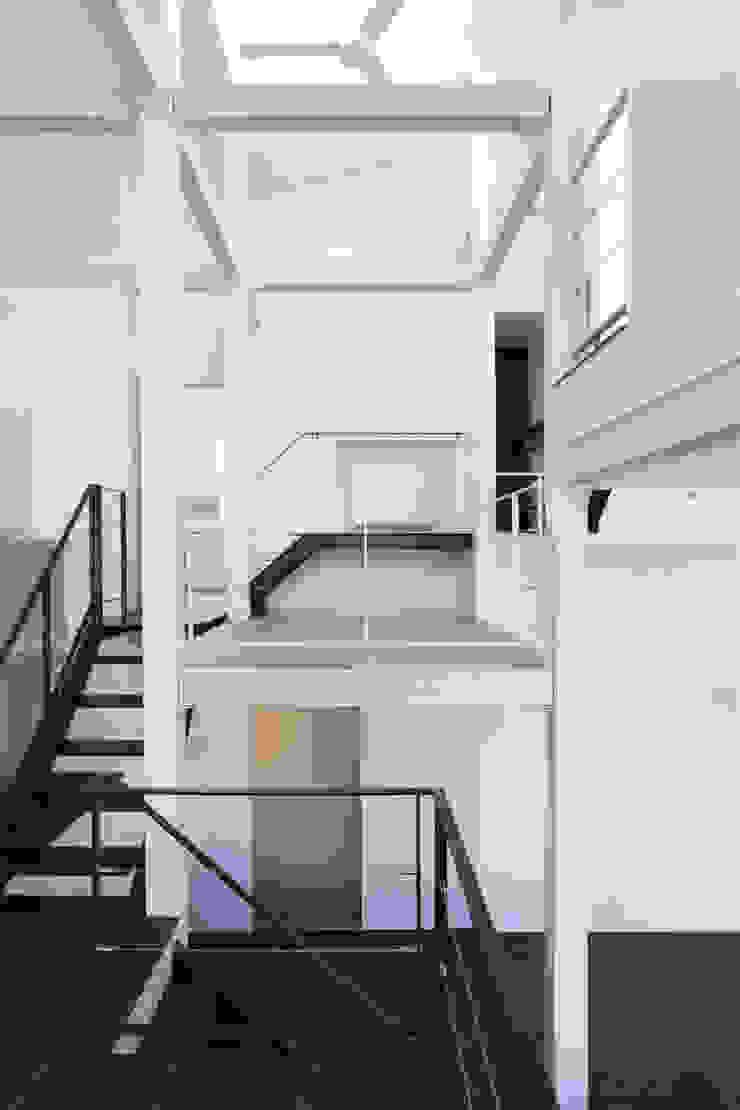 9 FLOORS オリジナルスタイルの 玄関&廊下&階段 の 濱田修建築研究所 オリジナル