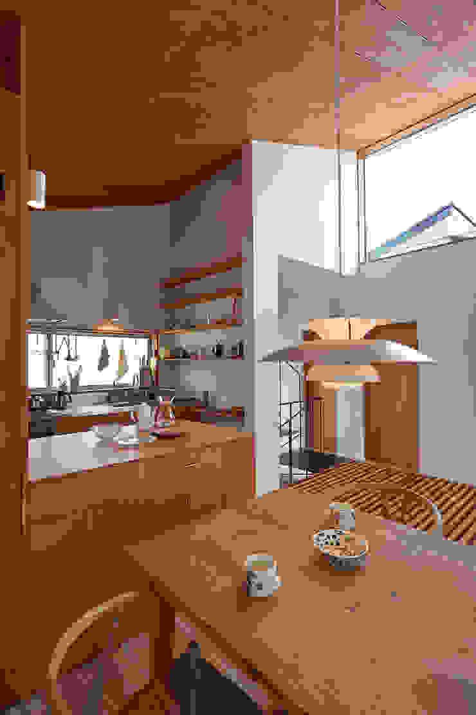 ダイニングからキッチンを見る モダンデザインの ダイニング の (有)菰田建築設計事務所 モダン