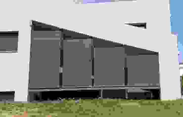 Toldo telón ideal para cerramientos entre muros, balcones y terrazas. de Comercial MecanoToldo S.L.U Mediterráneo
