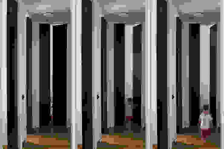 Woodboard House Ingresso, Corridoio & Scale in stile minimalista di Atelier Blank Minimalista