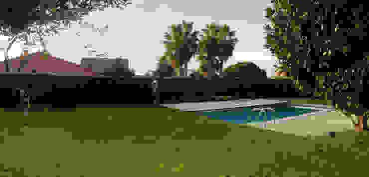 Diseño de jardines con piscina Piscinas de estilo mediterráneo de JARDINERIA MONÉS, S.L. Mediterráneo